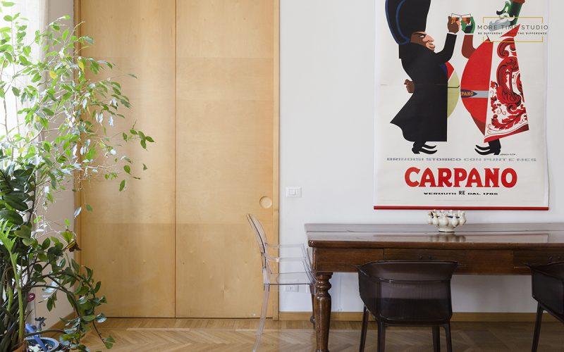 moretimestudio fotografia interni dettaglio soggiorno con poster pubblicità d'epoca